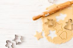 Κόψτε τη μορφή μπισκότων από τη ζύμη στον άσπρο πίνακα Άποψη με το διάστημα αντιγράφων στοκ εικόνες