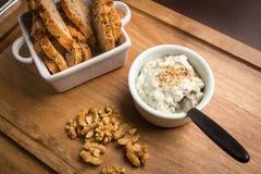 Κόλλα ξύλων καρυδιάς τυριών με το ψωμί Στοκ Φωτογραφίες