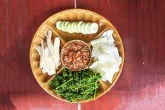 Κόλλα τσίλι αυγοτάραχων καβουριών που εξυπηρετείται με το λαχανικό στοκ φωτογραφίες