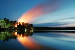 κόλπος ελαφριά Πετρούπολη ST της Φινλανδίας βραδιού ακτών Στοκ φωτογραφία με δικαίωμα ελεύθερης χρήσης
