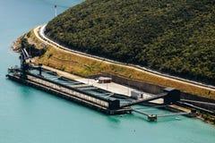 Κόλπος θάλασσας και περιοχή εκφόρτωσης των εγκαταστάσεων παραγωγής ενέργειας άνθρακα κοντά στο Plomin, Κροατία Στοκ φωτογραφίες με δικαίωμα ελεύθερης χρήσης