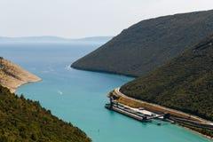 Κόλπος θάλασσας και περιοχή εκφόρτωσης των εγκαταστάσεων παραγωγής ενέργειας άνθρακα κοντά στο Plomin, Κροατία Στοκ Εικόνες