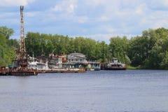 Κόλπος ποταμών με τους σκουριασμένους γερανούς, παλαιά αποβάθρα Στοκ φωτογραφία με δικαίωμα ελεύθερης χρήσης