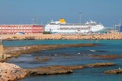 Κόλπος ρηχών νερών και σκάφος της γραμμής κρουαζιέρας στο λιμένα Πόρτο-Torres, Ιταλία Στοκ Φωτογραφίες