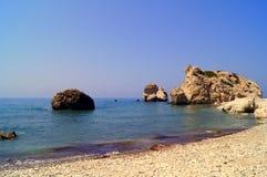 Κόλπος Aphrodite Όμορφη παραλία που βρίσκεται δίπλα στο βράχο του Έλληνα, ο τόπος γεννήσεως της θεάς Aphrodite, Κύπρος Στοκ φωτογραφία με δικαίωμα ελεύθερης χρήσης