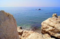 Κόλπος Aphrodite Όμορφη παραλία που βρίσκεται δίπλα στο βράχο του Έλληνα, ο τόπος γεννήσεως της θεάς Aphrodite, Κύπρος Στοκ Εικόνα