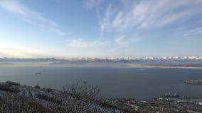 Κόλπος Avacha αναθεώρησης στην υδρονέφωση πρωινού με ένα υψηλό σημείο Πετροπαβλόσκ-Kamchatsky φιλμ μικρού μήκους