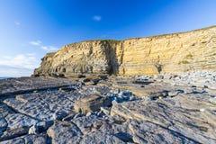 Κόλπος Dunraven, ή παραλία Southerndown, με τους απότομους βράχους ασβεστόλιθων Στοκ Φωτογραφίες