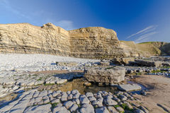 Κόλπος Dunraven, ή παραλία Southerndown, με τους απότομους βράχους ασβεστόλιθων Στοκ Εικόνες
