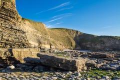 Κόλπος Dunraven, ή παραλία Southerndown, με τους απότομους βράχους ασβεστόλιθων Στοκ εικόνα με δικαίωμα ελεύθερης χρήσης