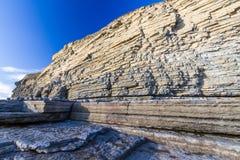 Κόλπος Dunraven, ή παραλία Southerndown, με τους απότομους βράχους ασβεστόλιθων Στοκ Φωτογραφία
