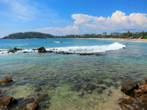 Κόλπος Mirissa με τους βράχους, τα πράσινα και τα ωκεάνια κύματα στοκ φωτογραφία με δικαίωμα ελεύθερης χρήσης