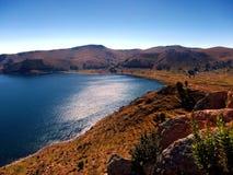 Κόλπος Titicaca λιμνών στο copacabana στο πανόραμα βουνών της Βολιβίας στοκ εικόνα με δικαίωμα ελεύθερης χρήσης