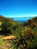 Κόλπος Titicaca λιμνών στο copacabana στο πανόραμα βουνών της Βολιβίας στοκ εικόνα