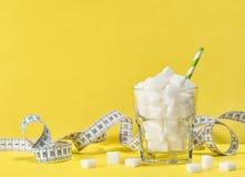 Κύβοι άσπρης ζάχαρης που μετρούν τη διατροφή ελέγχου βάρους ταινιών detox στοκ εικόνα με δικαίωμα ελεύθερης χρήσης