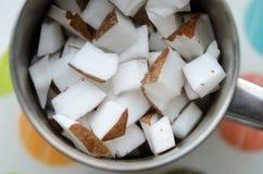 Κύβοι καρύδων σε ένα κύπελλο Στοκ φωτογραφία με δικαίωμα ελεύθερης χρήσης