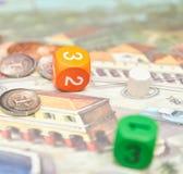 Κύβοι με το παιχνίδι στον πίνακα Επιτραπέζια παιχνίδια Themed κάθετη άποψη της κινηματογράφησης σε πρώτο πλάνο επιτραπέζιων παιχν στοκ εικόνες με δικαίωμα ελεύθερης χρήσης