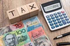Κύβοι με το φορολογικό αυστραλιανό δολάριο κειμένων Στοκ Εικόνες