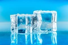 Κύβοι πάγου καθορισμένοι απομονωμένοι στο μπλε υπόβαθρο Στοκ φωτογραφία με δικαίωμα ελεύθερης χρήσης