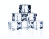 Κύβοι πάγου που απομονώνονται στο λευκό Στοκ εικόνες με δικαίωμα ελεύθερης χρήσης