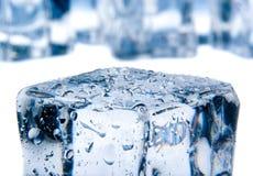 Κύβοι πάγου που απομονώνονται στο λευκό Στοκ εικόνα με δικαίωμα ελεύθερης χρήσης