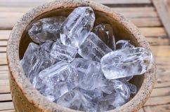 Κύβοι πάγου σε έναν ξύλινο κάδο Στοκ Φωτογραφίες