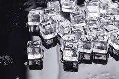 Κύβοι πάγου σε ένα μαύρο υπόβαθρο Στοκ Φωτογραφία