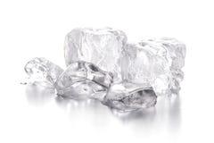 Κύβοι πάγου στην άσπρη ανασκόπηση Στοκ Εικόνες
