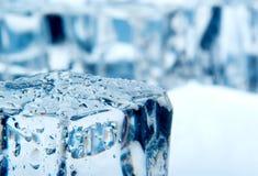 Κύβοι πάγου στο μπλε υπόβαθρο Στοκ Εικόνες
