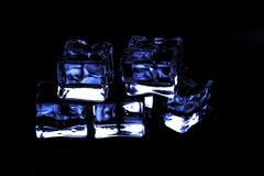 Κύβοι πάγου του μπλε χρώματος σε ένα μαύρο υπόβαθρο Στοκ Εικόνες