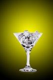 Κύβοι πάγου martini στο γυαλί στο υπόβαθρο χρώματος Στοκ εικόνα με δικαίωμα ελεύθερης χρήσης