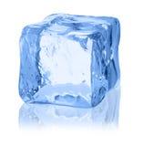 Κύβοι του πάγου σε ένα άσπρο υπόβαθρο Στοκ φωτογραφία με δικαίωμα ελεύθερης χρήσης