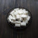 Κύβος ζάχαρης στο ξύλινο υπόβαθρο Στοκ φωτογραφία με δικαίωμα ελεύθερης χρήσης