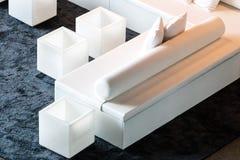 Κύβος και διαμορφωμένοι κύλινδρος καναπέδες και πίνακες Στοκ εικόνα με δικαίωμα ελεύθερης χρήσης
