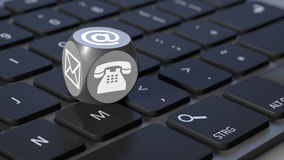 Κύβος με τα σημάδια για το τηλέφωνο και την επιστολή ηλεκτρονικού ταχυδρομείου Στοκ εικόνες με δικαίωμα ελεύθερης χρήσης