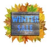 Κύβος με το φύλλο φθινοπώρου μερών γύρω και χειμερινή πώληση λέξης που απομονώνεται στο λευκό Στοκ φωτογραφία με δικαίωμα ελεύθερης χρήσης