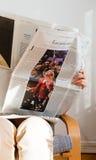 Κύβος Zeit ανάγνωσης γυναικών με τη Μαρίν Λε Πεν και το Miss America Στοκ φωτογραφίες με δικαίωμα ελεύθερης χρήσης