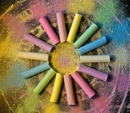 Κύκλος από τη ζωηρόχρωμη κιμωλία στο χρωματισμένο υπόβαθρο στοκ φωτογραφία με δικαίωμα ελεύθερης χρήσης