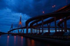 Κύκλος γεφυρών τη νύχτα στην Ταϊλάνδη Στοκ Εικόνες