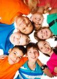 Κύκλος των παιδιών που κοιτάζουν κάτω Στοκ φωτογραφία με δικαίωμα ελεύθερης χρήσης