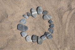 Κύκλος φιαγμένος από χαλίκι στην άμμο στοκ φωτογραφία