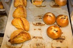 Κύκλοι εργασιών της Apple και bricoche με τη σοκολάτα στο αρτοποιείο Στοκ Φωτογραφίες