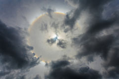 Κύκλοι κύκλων θαύματος γύρω από τον ήλιο το απόγευμα στην Ταϊλάνδη Στοκ εικόνες με δικαίωμα ελεύθερης χρήσης