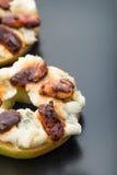 Κύκλοι της Apple με το τυρί κρέμας, gorgonzola και τα πικάντικα καρύδια αμυγδάλων Στοκ φωτογραφία με δικαίωμα ελεύθερης χρήσης
