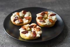 Κύκλοι της Apple με το τυρί κρέμας, gorgonzola και τα πικάντικα καρύδια αμυγδάλων Στοκ Εικόνες