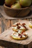 Κύκλοι της Apple με το τυρί κρέμας, gorgonzola και τα πικάντικα καρύδια αμυγδάλων Στοκ φωτογραφίες με δικαίωμα ελεύθερης χρήσης