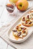 Κύκλοι της Apple με το τυρί κρέμας, gorgonzola και τα πικάντικα καρύδια αμυγδάλων Στοκ Φωτογραφία