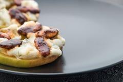 Κύκλοι της Apple με το τυρί κρέμας, gorgonzola και τα πικάντικα καρύδια αμυγδάλων Στοκ εικόνα με δικαίωμα ελεύθερης χρήσης