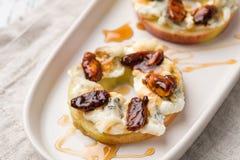 Κύκλοι της Apple με το τυρί κρέμας, gorgonzola και τα πικάντικα καρύδια αμυγδάλων Στοκ Εικόνα