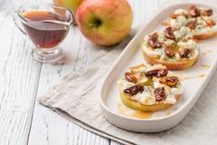 Κύκλοι της Apple με το τυρί κρέμας, gorgonzola και τα πικάντικα καρύδια αμυγδάλων Στοκ Φωτογραφίες